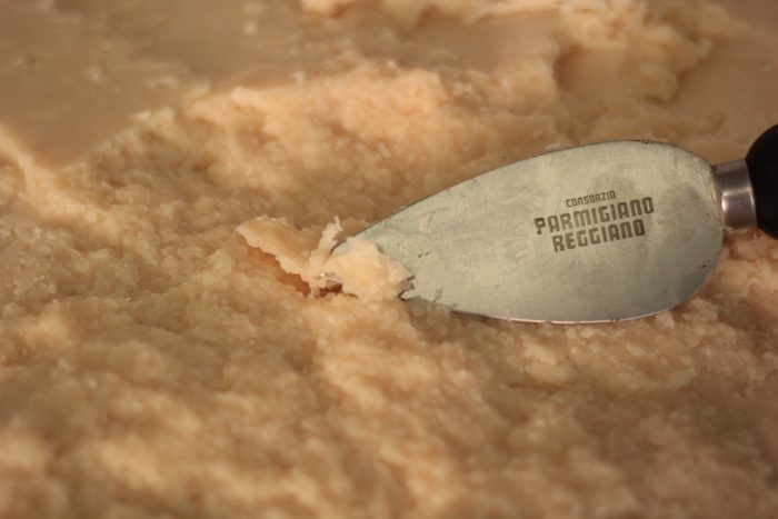 Consigli per tagliare correttamente il Parmigiano Reggiano