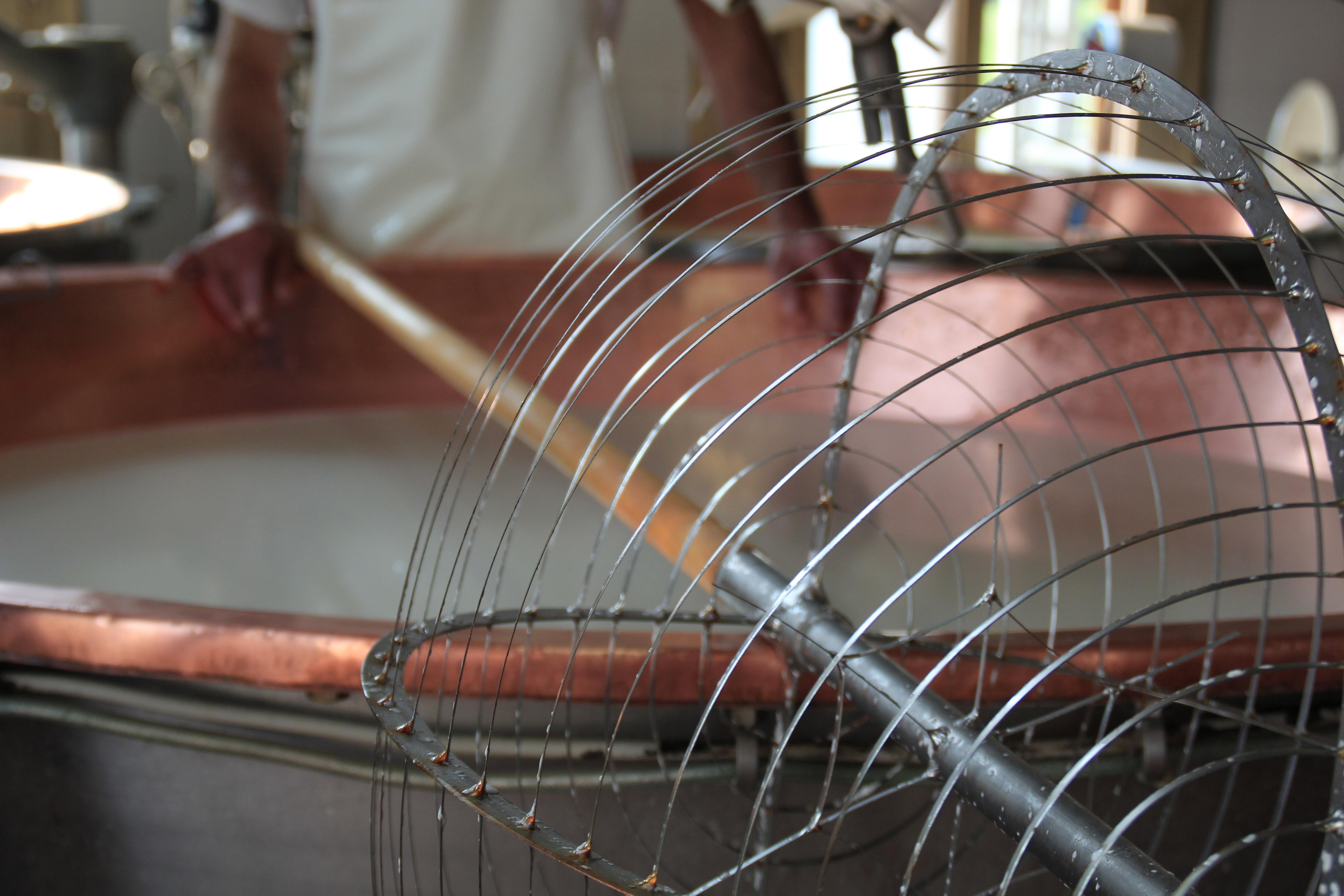Processo di lavorazione, il cui ultimo passaggio è la stagionatura di Parmigiano Reggiano, Caseificio La Madonnina (Salsomaggiore Terme, Parma)