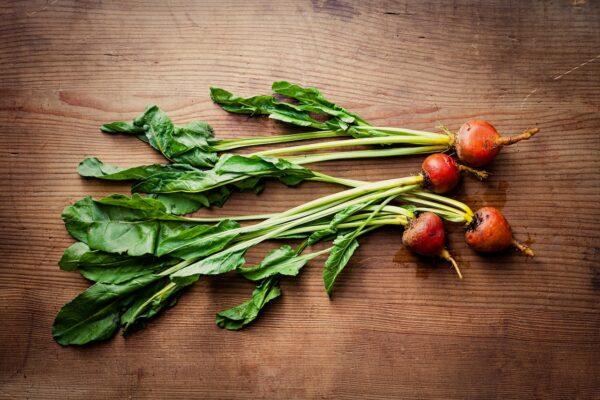 Il ripieno dell'Erbazzone Reggiano prevede verdure a foglia larga verdi, secondo stagione (bietole, spinaci) e Parmigiano Reggiano.