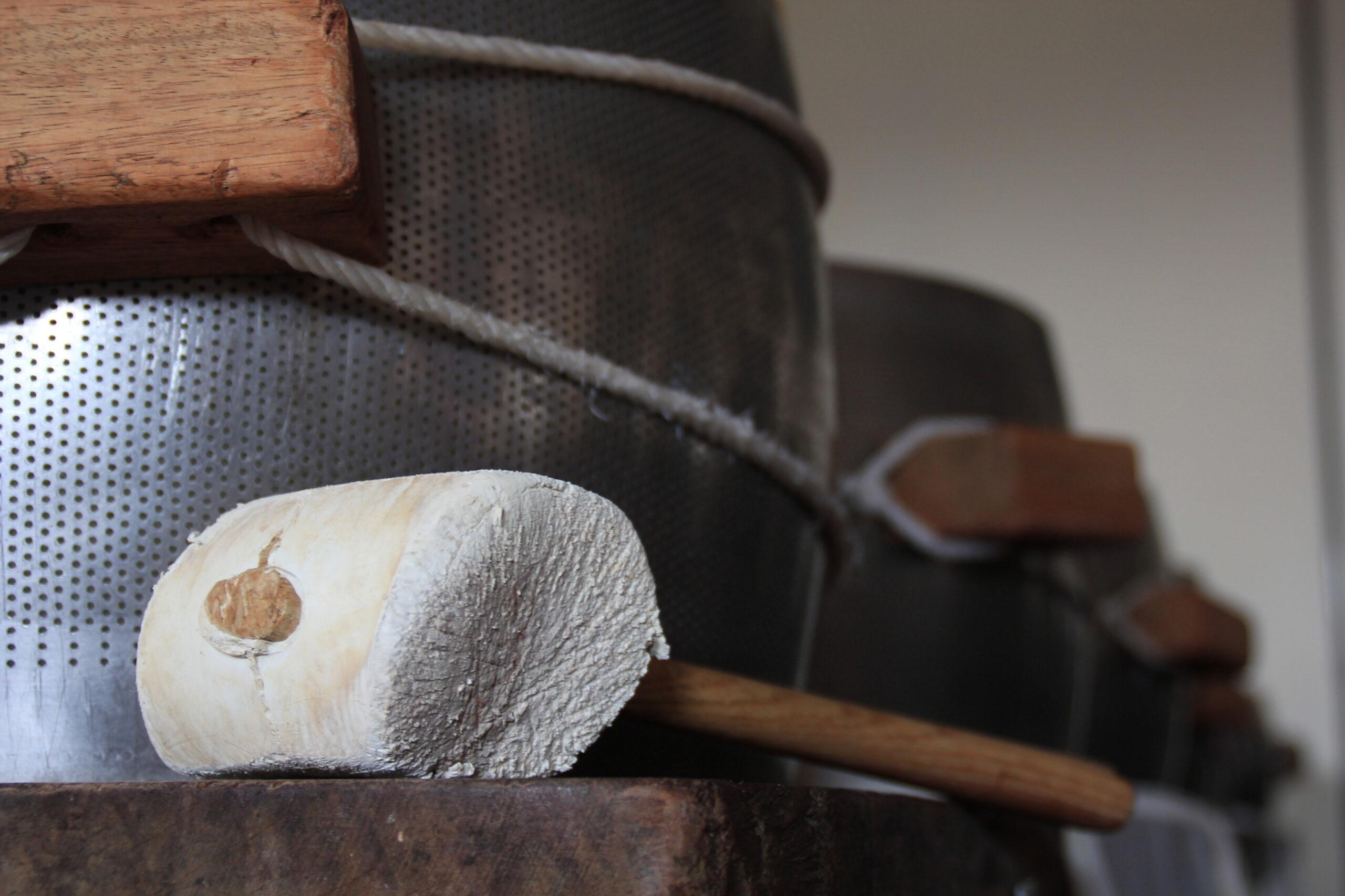 Parte del processo di produzione del Parmigiano Reggiano